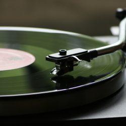 アナログ(レコード)が再燃中!?レコードプレーヤーの魅力とは。